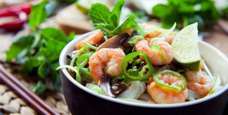 Salat mit frischen Kräutern, Limetten und Garnelen