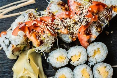 Maki und Sushi mit Tomaten, Eiern und Sojasprossen