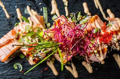 Sushi Kreation mit Lachs und vielen Kräutern