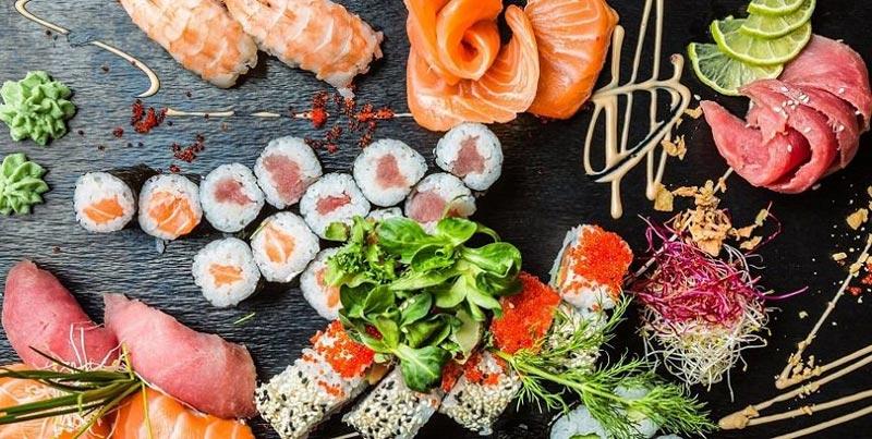 Große Sushi Platte mit Sashimi, Lachs, Tuna
